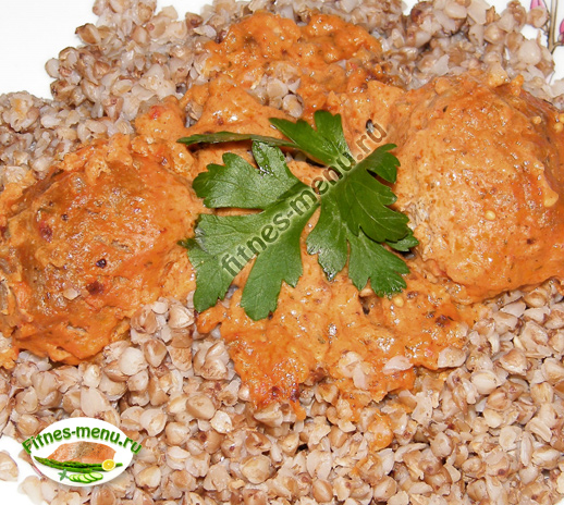 Тефтели в томатном соусе с гречкой