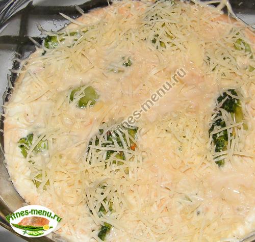 заливаем капусту яичной смесью, посыпаем сыром